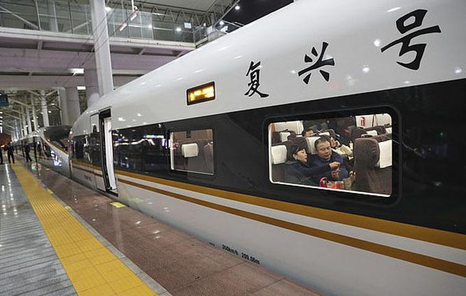 Trung Quốc đã mở rộng hệ thống đường sắt cao tốc ở vận tốc đáng kinh ngạc. Nhờ vậy, các chuyến đi bằng tàu về quê ăn Tết không còn căng thẳng và đau đầu như trước nữa.
