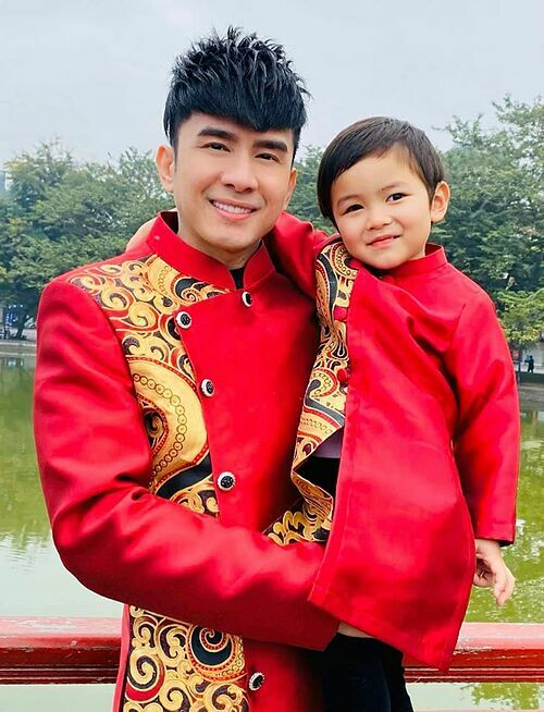 Đan Trường và con trai mặc đồng điệu.