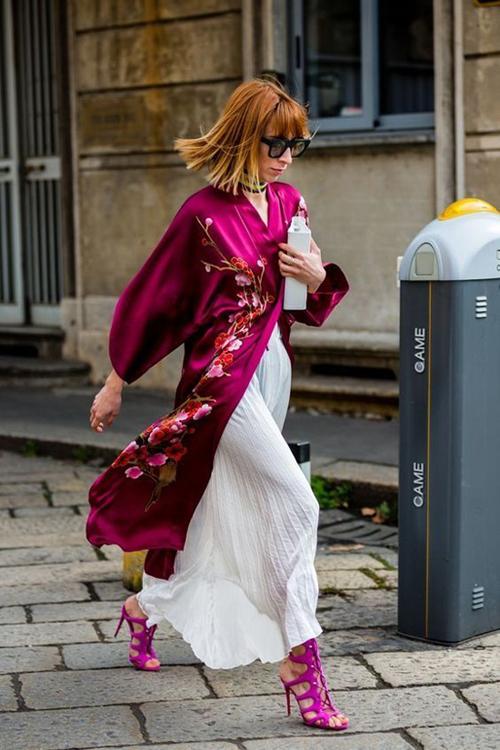 Áo choàng kimono vốn là trang phục không quá xa lạ với phái đẹp, vào mùa xuân thiết kế này lại được tô điểm hoạ tiết hoa thêu tinh tế để giúp chị em thê phần xinh đẹp khi rong chơi.