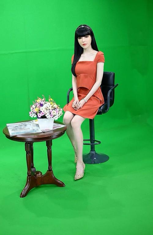 Chia sẻ bức ảnh mới nhất của mình, Elly Trần hỏi fan: Bữa nay hình như mình hơi gầy quá rồi phải không nhỉ?.