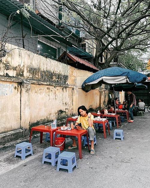 Hoa hậu HHen Niê đi dép lê, ngồi ăn sáng ở quán vỉa hè.