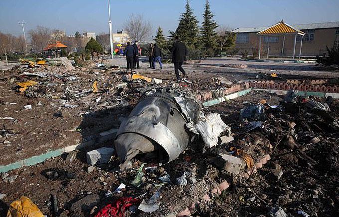 Hiện trường vụ rơi máy bay Ukraine sáng sớm 8/1 ở ngoại ô Tehran, Iran. Ảnh: AFP.