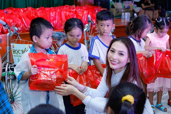 Bên cạnh đó, Nữ hoàng Nhan sắc còn trao nhiều phần quà, xe đạp cùng học bổng cho các em học sinh nghèo hiếu học tại quê hương mình. Cô hy vọng sự giúp sức này sẽ góp phần chắp cánh ước mơ cho các bé cũng như tạo thêm động lực cho nhiều bạn trẻ khác.