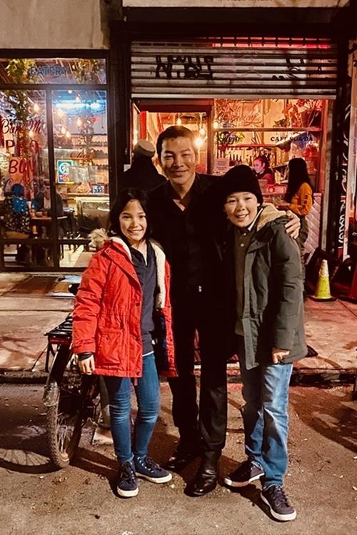 Trần Bảo Sơn chụp cùng hai diễn viên nhí của phim.