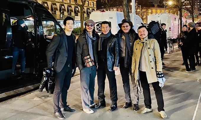 Đạo diễn Bá Vũ (ngoài cùng bên phải - làm phim Cha ma, Ngủ với hồn ma) và đạo diễn - nhà sản xuất Timothy Linh Bùi (thứ hai từ trái sang - sản xuất phim Chị chị em em) có mặt trong đoàn phim của Trần Bảo Sơn.
