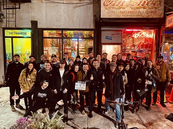 Đoàn phim chụp hình trước bối cảnh nhà hàng Việt Nam ở New York.