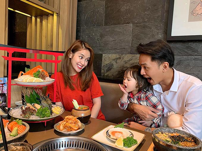 Vợ chồng Văn Anh - Tú Vi dẫn con gái đi ăn nhiều món ngon.