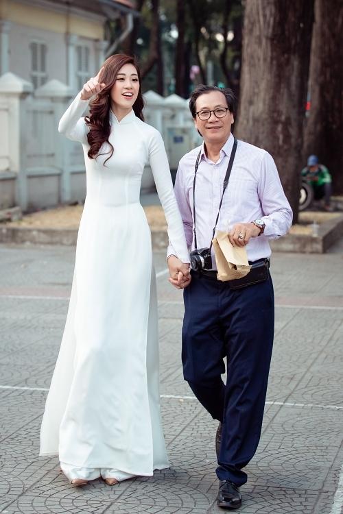 Từ khi đăng quang hoa hậu, Khánh Vân bận rộn với lịch trình dày đặc, chưa thể dành thời gian cho gia đình. Dịp này, cô muốn cùng bố thực hiện một bộ ảnh kỷ niệm dịp cuối năm.