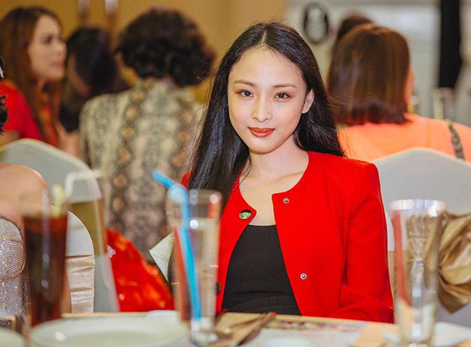 Phương Nga mặc thanh lịch dự buổi tiệc do quý bà Thu Hương tổ chức tại TP HCM, cuối tuần qua. Từ khi được đình chỉ vụ án liên quan tới đại gia Cao Toàn Mỹ người đẹp chủ yếu vẫn ở nhà, chưa nhận bất cứ công việc chính thức nàodù có nhiều lời mời. Thỉnh thoảng cô tham gia một vài show diễn thời trang với vai trò người mẫu.