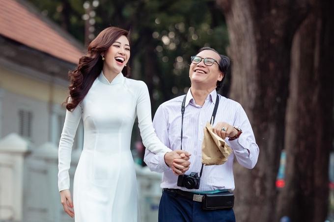 Là con gái út và duy nhất trong nhà, Khánh Vân được bố mẹ quan tâm và yêu thương.