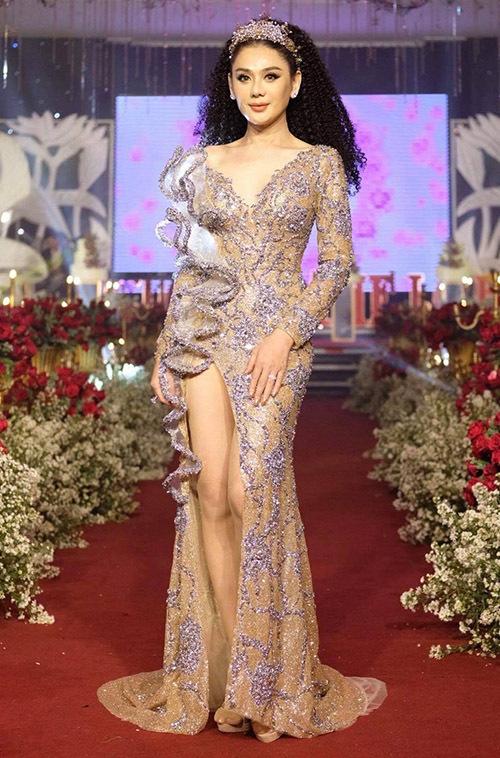 Nữ ca sĩ gợi cảm với váy xẻ vạt cao. Lâm Khánh Chi chia sẻ cô rất hạnh phúc khi làm được một việc ý nghĩa cho bạn bè và những người có hoàn cảnh giống mình.