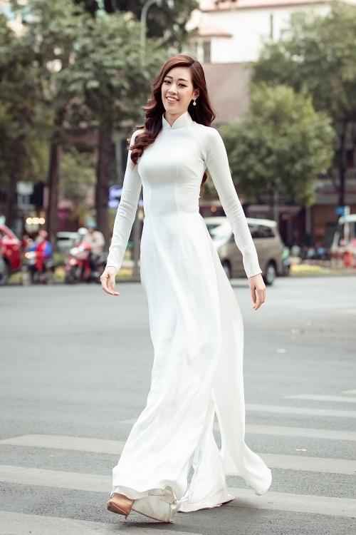 Hoa hậu 25 tuổi duyên dáng với tà áo dài trắng. Cô hai lần đoạt giải Người đẹp Áo dài tại Hoa hậu Hoàn vũ Việt Nam 2015 và 2019.