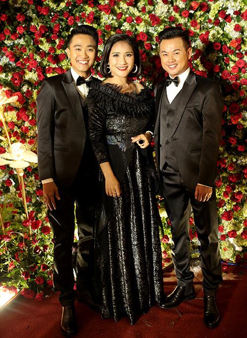 Đôi vợ chồng Khánh - Tân chụp ảnh cùng diễn viên Cát Tường trong hôn lễ tập thể.