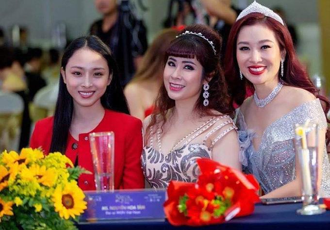 Phương Nga làm quen với nữ doanh nhân Hoa Tâm (giữa) - đại sứ mạng lưới Nữ lãnh đạo quốc tế do quý bà Thu Hương sáng lập và làm chủ tịch.