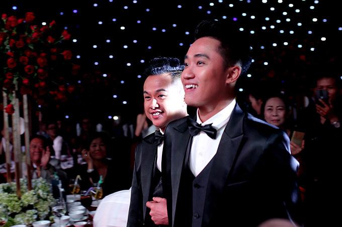 Sau đó người yêu cũ của Lâm Khánh Chi rạng ngời hạnh phúc sánh đôi bạn đời lên sân khấu làm lễ.