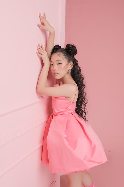 Xuất hiện trong bộ ảnh giới thiệu trang phục xuân là sự góp mặt của mẫu nhí Suri Phương Anh. Lối diễn xuất chuyên nghiệp của em khiến các kiểu váy áo mùa xuân trở nên sinh động và cuốn hút hơn.