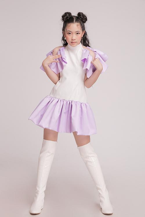 Váy hạ eo được phối màu tím - trắng hài hoà, đồng thời từng chi tiết bèo nhún được sắp xếp khéo léo để mẫu váy bắt mắt hơn.