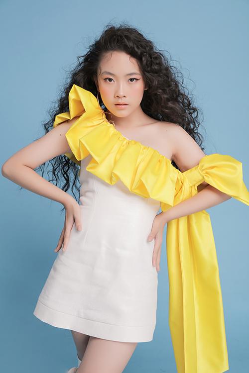 Xu hướng váy đính nơ không chỉ gây sốt với dòng đầm dạ tiệc cho các thiếu nữ, nó cũng được áp dụng một cách ấn tượng cho trang phục trẻ em.