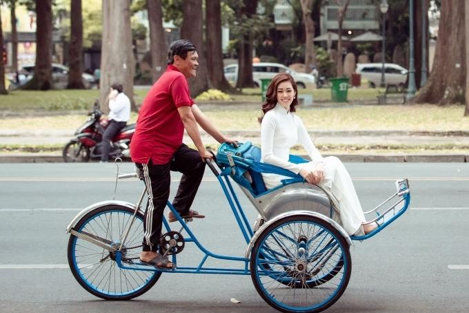 Khánh Vân ngồi xích lộ dạo phố Sài Gòn.