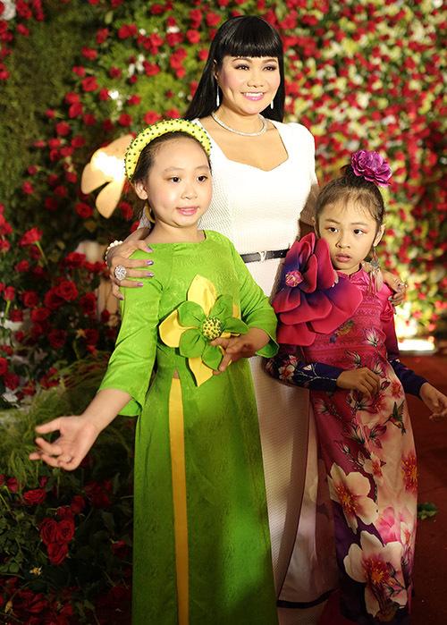 Nghệ sĩ cải lương Ngọc Huyền chụp ảnh cùng hai người mẫu nhí.