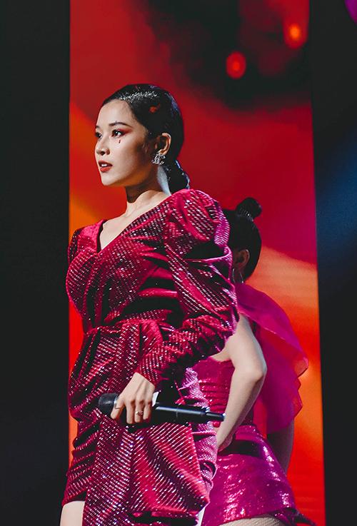 Nữ ca sĩ mang đến hai ca khúc gắn liền với tên tuổi gồm No Boyfriend (Nguyễn Đình Vũ) và Cinderella (Đinh Huy). Cô rất xúc động vì nhiều khán giả quốc tế nhún nhảy theo mình.
