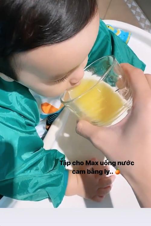 Khi con trai lớn hơn, Phạm Hương cho bé uống nước cam, sữa tươi.