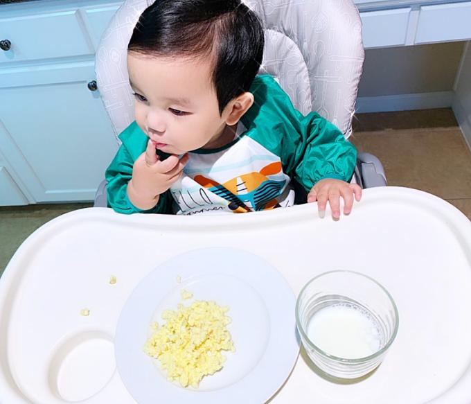 Nhờ định hướng từ nhỏ, Maximus tự bốc đồ ăn. Cậu nhóc có thể ăn được các loại trái cây, rau củ qua, thịt, cá trứng, tôm, cua...