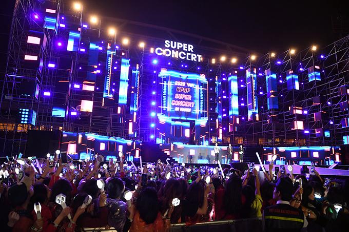 Chương trình KPop Super Concert 2020 diễn ra tối 11/1 tại sân vận động Mỹ Đình. 18h30 đêm nhạc mới diễn ra nhưng hàng nghìn khán giả đã có mặt để chờ thần tượng và xếp hàng vào cửa từ sáng hoặc trưa. Khoảng 17h, Hà Nội trở lạnh, nhiệt độ xuống đột ngột từ 24 xuống 14 độ C và trời mưa nặng hạt nhưng mọi người vẫn kiên nhẫn chờ đợi.