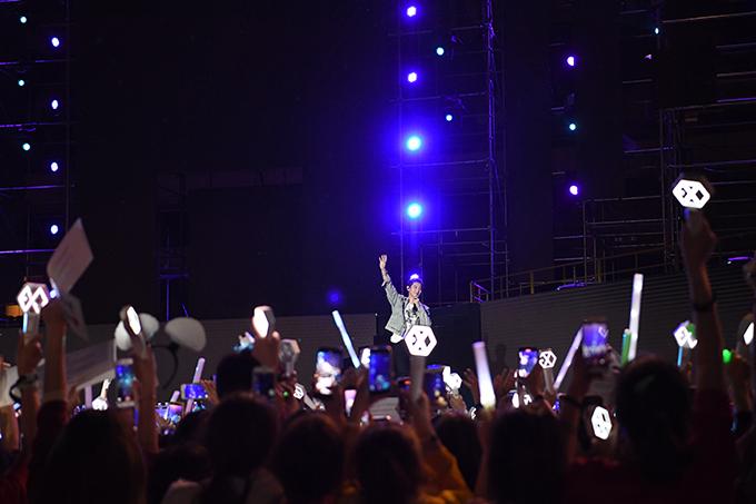 Họ thăng hoa trong sự reo hò, cổ vũ của các fan khi mang đến 6 ca khúc What a Life, Closer to You, Borderline, Roller Coaster, Just Us 2vàWe Young.
