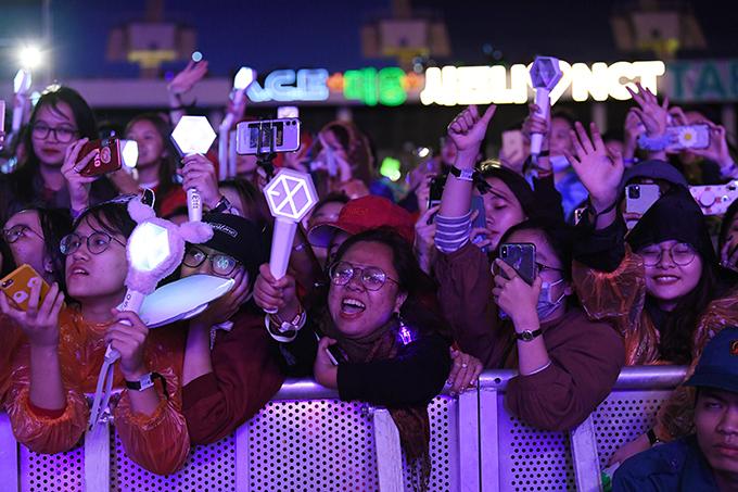Nhóm EXO-SC, NCT 127và ca sĩ Tae Min là những gương mặt được mong chờ nhất tối qua. Các fan rủ nhau mặc đúng dress code của fandom, mang theo cây phát sáng để cổ vũ thần tượng.