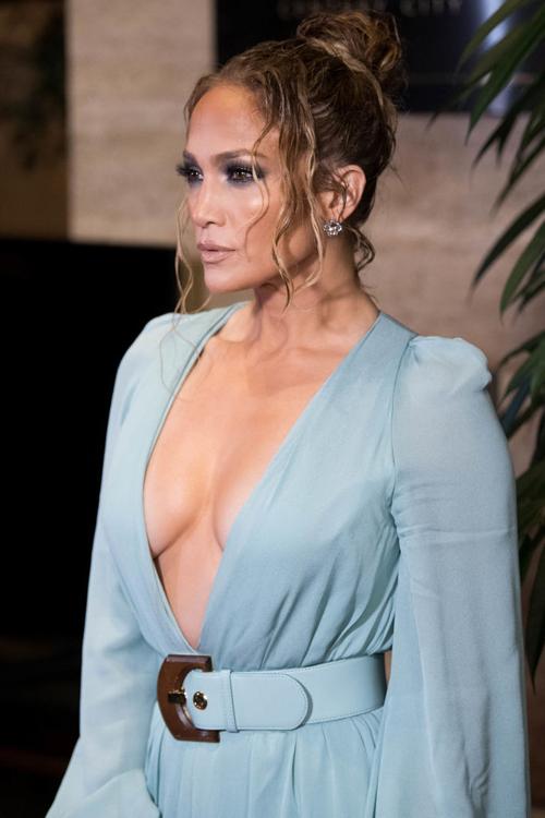 Vốn sở hữu thân hình sắc chắc, làn da nâu khỏe khoắn, Jennifer luôn tự tin mặc hở tới thảm đỏ. Cô cũng là sao nữ hiếm hoi ở Hollywood càng có tuổi càng thêm mặn mà, quyến rũ.