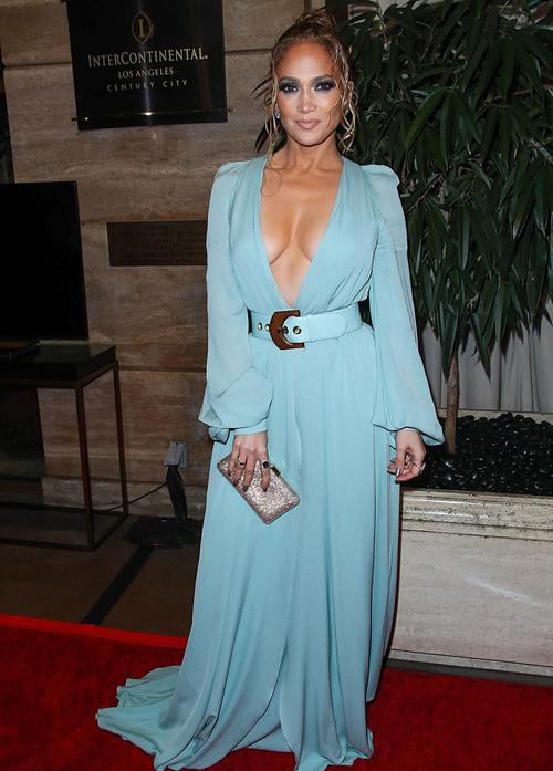 J.Lo mặc bộ đầm lụa sexy của thương hiệu Elie Saab.