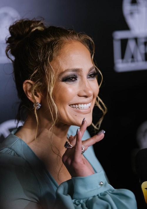 Sự nghiệp âm nhạc và diễn xuất của Jennifer Lopez cũng ngày càng thăng hoa. Tại lễ trao giải tối 11/1, J.Lo đã vượt qua nhiều ứng cử viên khác để giành giải Nữ diễn viên phụ xuất sắc.