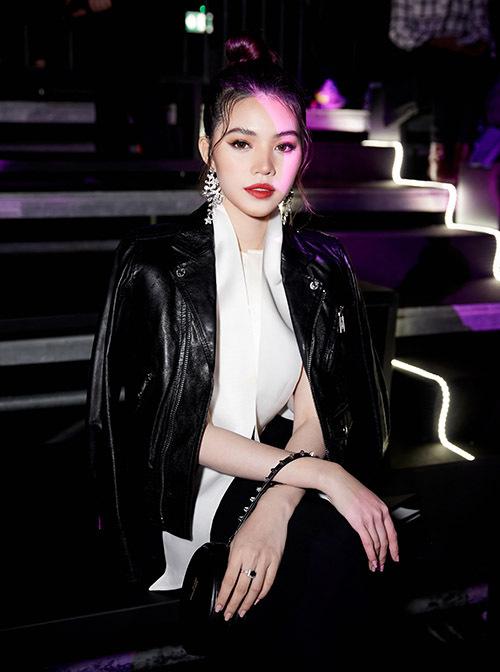 [Caption Chính vì thế, cô dự định năm nay sẽ ăn Tết ở Sài Gòn, sau đó nhanh chóng quay lại với guồng quay công việc. Bên cạnh hoạt động nghệ thuật, Jolie Nguyễn đang rất thành công với vai trò của một vlogger, nhiều người hâm mộ tỏ ra mong chờ các sản phẩm tiếp theo của cô nàng trên kênh Youtube.