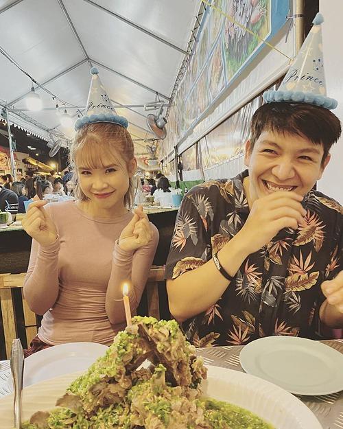 Nhân ngày sinh nhật 30 tuổi của vợ yêu, chàng ca sĩ đã sắp xếpchuyến du lịchBangkok (Thái Lan) để cả hai có những phút giây xả hơi sau một năm bận rộn. Đam mê ẩm thực đường phố, hai vợ chồng lê la qua nhiều khu chợ hải sản, chợ đêmđể thưởng thức đồ ăn. Nữ ca sĩ hài hước cho biết, hai người ăn đủ món hải sản ở chợ Thái Lan và may mắn ăn xong bụng vẫn ổn, chưa ai gặp vấn đề gì về tiêu hoá.