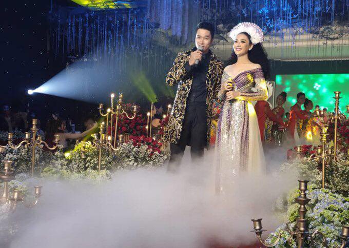 Lâm Khánh Chi có tiết mục song ca cùng đồng nghiệp Mạnh Đồng trên sân khấu đám cưới tập thể.