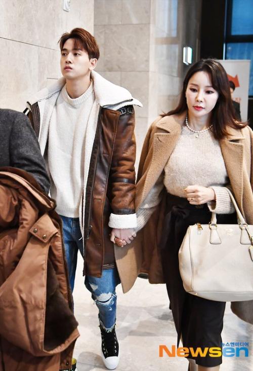 Đôi vợ chồng Ryu Philip và Shim Mina nắm tay nhau khi xuất hiện trước cánh báo chí chiều nay 12/1. Cặp đôi đồng hành tới dự đám cưới của tài tử Kim Seung Hun tại Seoul.