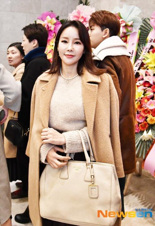 Shim Mina vui vẻ chào hỏi truyền thông trước khi vào sảnh tiệc. Cô và ca sĩ Ryu Philip kết hôn năm 2018. Cặp sao từng bày tỏ mong muốn sớm có con, tuy nhiên sau nhiều nỗ lực, Shim Mina hiện vẫn chưa có tin vui.