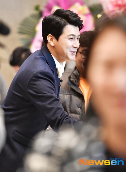 Tài tử Kim Seung Hun ra tiếp khách trong hôn lễchiều 12/1. Đây là lần thứ hai anh kết hôn. Bà xã của anh là một phát thanh viên. Nam diễn viên Rush đã có một con gái lớn với người vợ trước.
