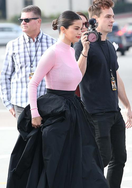 Selena Gomez một mình tới buổi công chiếu phim Dolittle vào chiều thứ 7. Cô là diễn viên lồng tiếng cho nhân vật hươu cao cổ Betsy.
