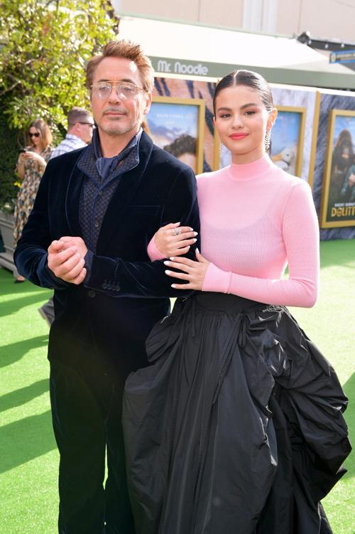 Selena và Iron Man khoác tay thân thiết vào thảm đỏ.