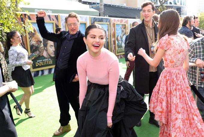 Selena hạnh phúc khi nhận được sự chào đón nồng nhiệt của người hâm mộ và hội ngộ các ngôi sao trong phim.