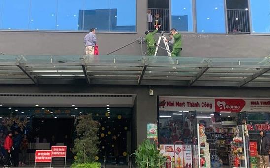 Bé gái được phát hiện rơi xuống phần mái kính của tòa chung cư 26 tầng ở Khương Trung, Hà Nội, sáng 13/1.