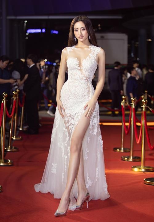 Nam stylist khen ngợi Hoa hậu Thế giới Việt Nam 2019 Lương Thùy Linh: Cô ấy lộng lẫy, kiêu sa trong mẫu váy đắp ren sexy chừng mực. Lợi thế đôi chân dài cũng được phô diễn khéo léo nhờ chi tiết xẻ cao và giày mũi nhọn ánh bạc đồng điệu.