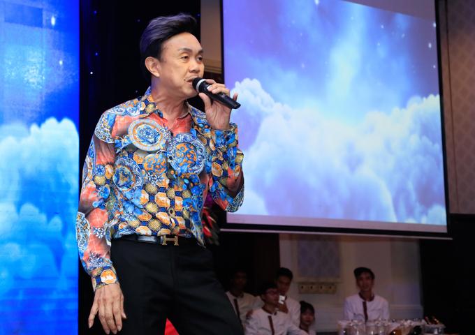 Tự nhận mình đã già nhưng Chí Tài khoe phong độ trẻ trung, đầy năng lượng trong đêm tiệc. Anh vừa hát vừa nhảy sung khi thể hiện hit Ngỡ của đàn em Quang Hà. Khichưa chuyển sang đóng phim, diễn hài Chí Tài từng có thời gianđi hát chuyên nghiệp.