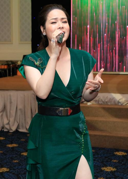 Nhật Kim Anh cũng ngẫu hứng biểu diễn tặng Titi và các khách mời một ca khúc.