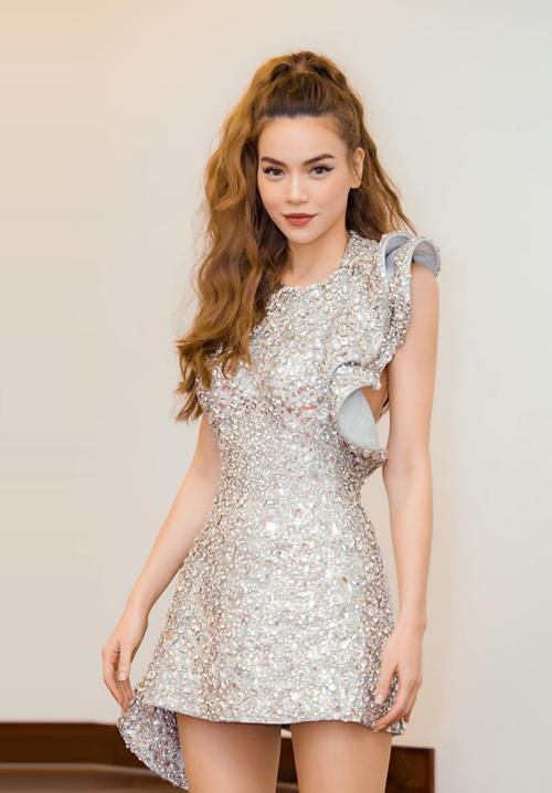 Chiếc váy ngắn ánh bạc của Lý Quí Khánh cùng kiểu tóc xoăn sóng buộc cao đem tới cho Hồ Ngọc Hà nét trẻ trung, hiện đại.