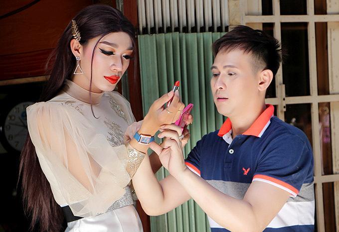 Nguyên Vũ giúp diễn viên Dương Thanh Vàng chuẩn bị trang phục, phụ kiện trước khi hoá thân cô nàng điệu đà, sống ở xóm lao động.