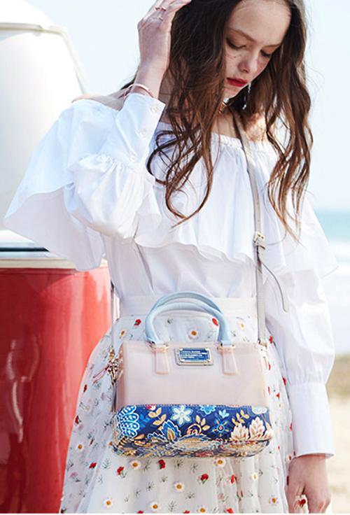 Túi trống dài xanh navy S160 Venuco Madrid phối màu bắt mắt, dạng hộp. Thiết kế có kích thước nhỏ gọn nhưng có thể đựng nhiều món đồ bất ly thân của phái nữ như: điện thoại, phấn phủ, nước hoa, khăn giấy, ví đựng tiền nhỏ...Dây đeocó thể tháo rời làm ví cầm tay hoặc đeo chéo.