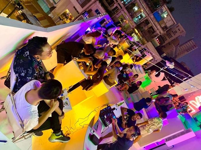 Quán mở cửa từ 17h đến 2h sáng hôm sau, có DJ chơi nhạc miễn phí, thích hợp dành cho các cú đêm ở Sài thành.